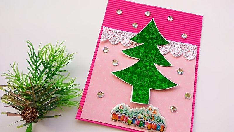 Новогодняя розовая открытка с елочкой