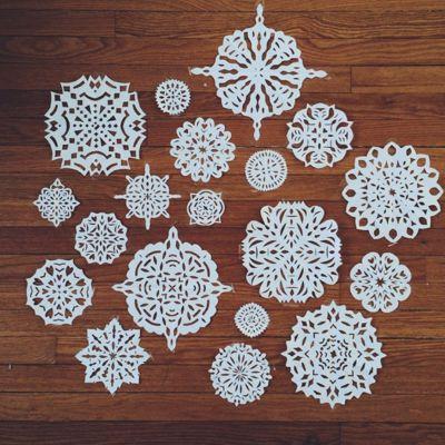 новогоднее украшение на окно из бумаги снежинки