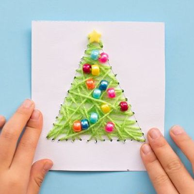 простая открытка с вышитой елкой